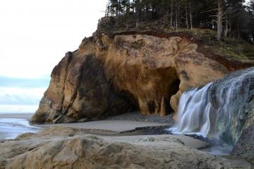 Fall Creek Waterfall at Hug Point State Recreation Site || Oregon Coast Hwy